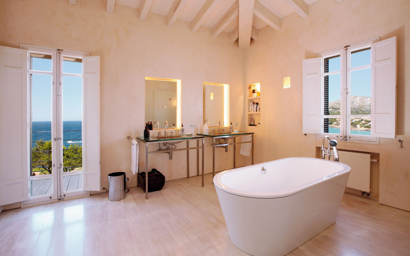 Castell De Manresa Estate full size ensuite bathrooms