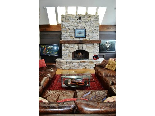 Fantastic living room with fireplace - Luxury 6 bedroom chalet in Whistler