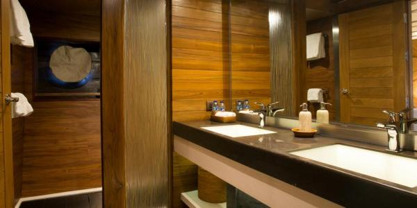 luxury-yacht-ensuite-bathroom-2